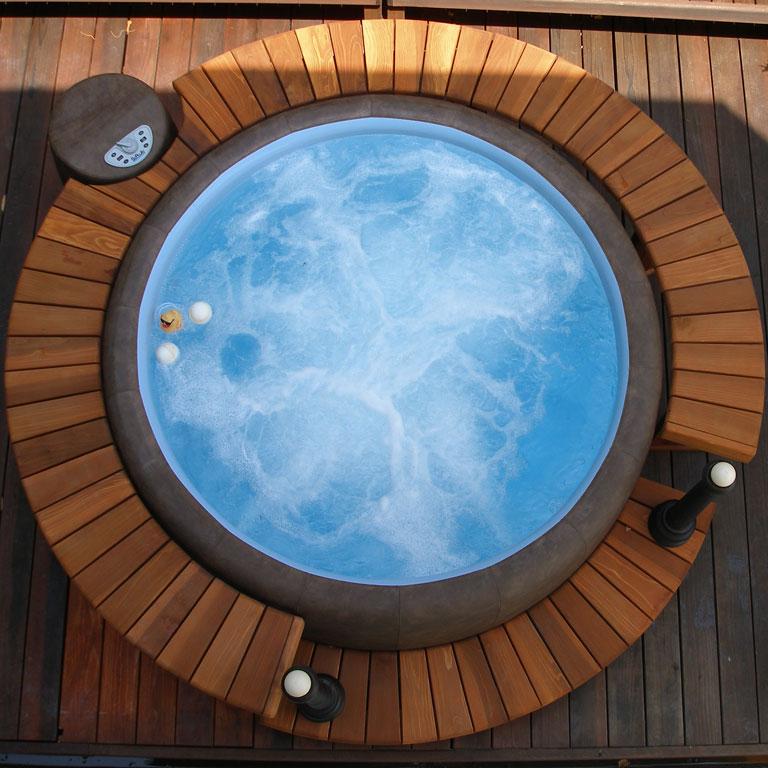 resort-mocca-blau-softub-whirlpool-holzumrandung-angebot